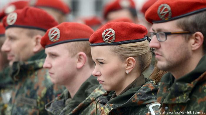 Bundeswehr-Soldaten mit roten Baretten beim Appell, Foto: dpa