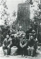 浅羽佐喜太郎氏の記念碑落成後の写真。前列右から2人目がファン・ボイ・チャウ=大正7年3月、静岡県袋井市(同市提供)