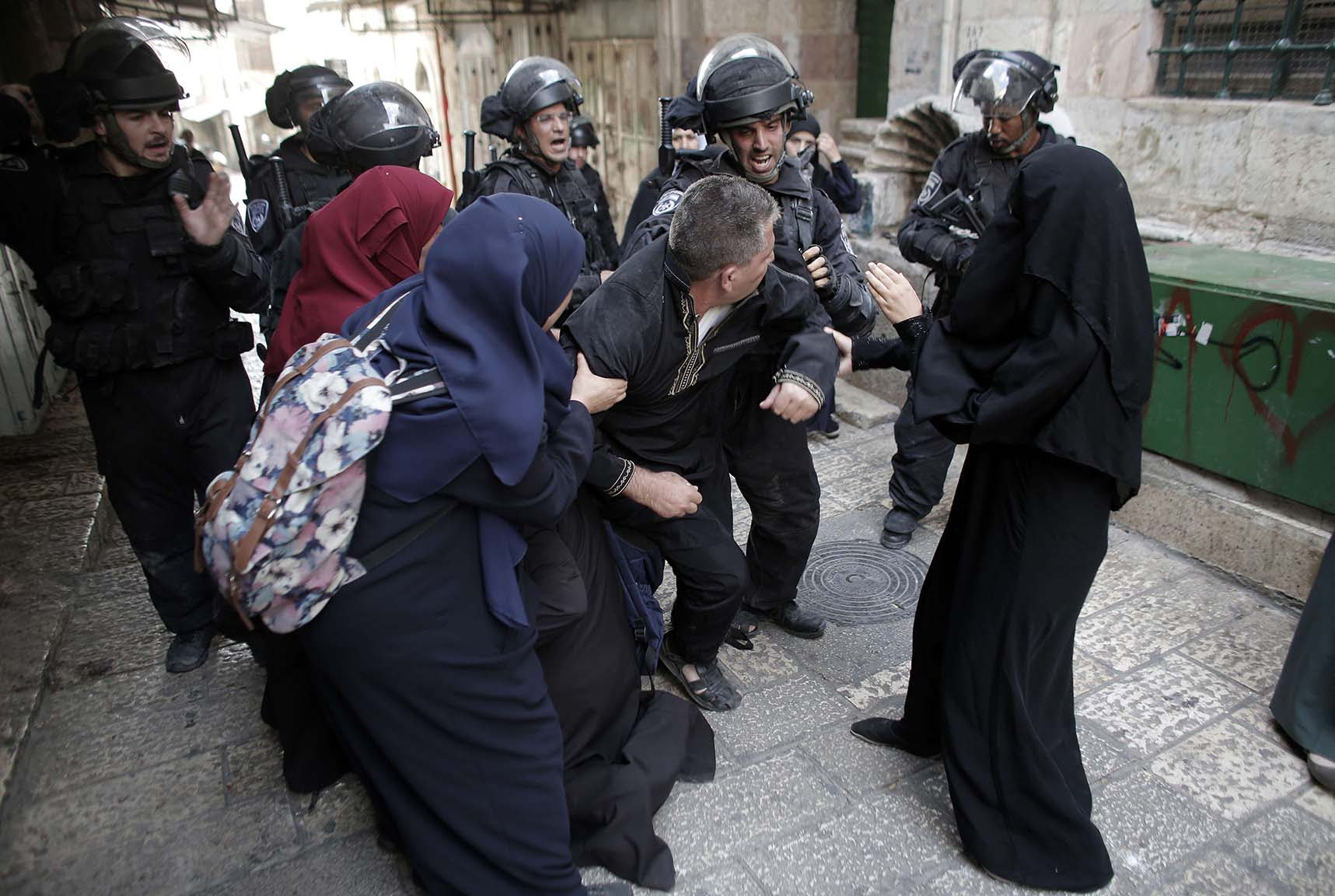 Palestinians scuffle with Israeli riot police