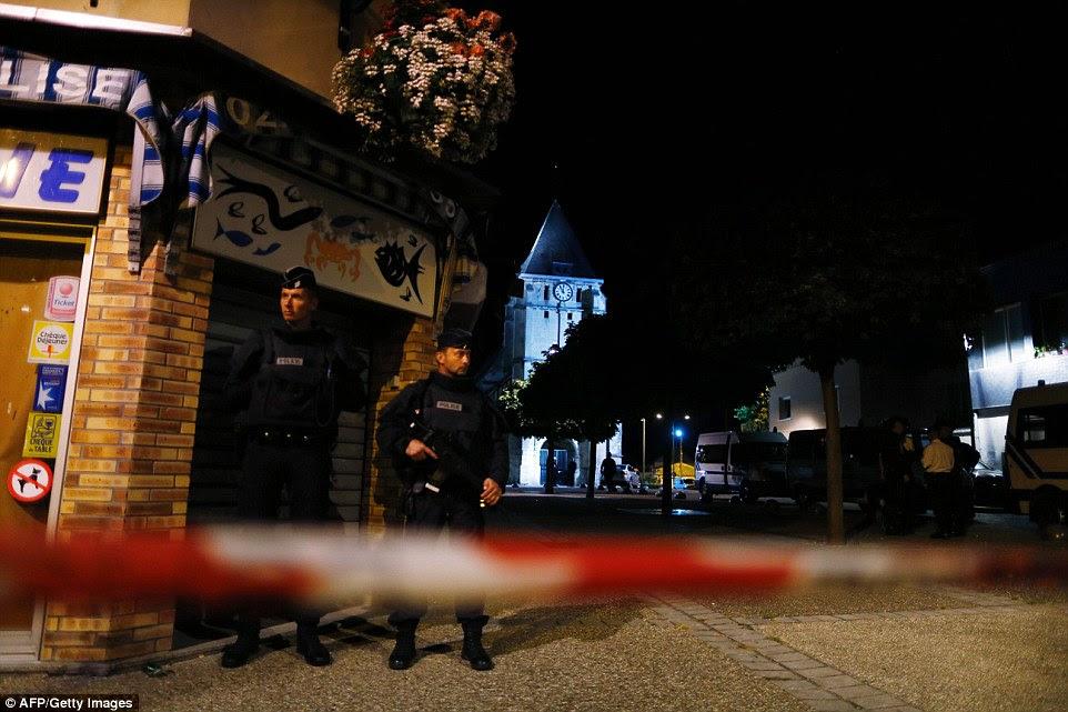 Oficiais ficar de guarda nas proximidades para a igreja onde o padre Jacques Hamel, 84, foi morto no assalto vicioso após a missa na terça-feira