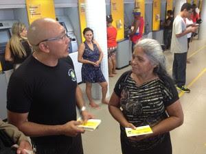 Rosana Fátima sendo orientada sobre segurança em agências  (Foto: John Pacheco/G1)
