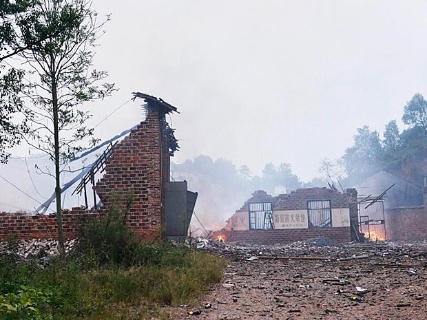 Ruínas da fábrica de fogos abalada por uma explosão na China (Foto: Reuters)