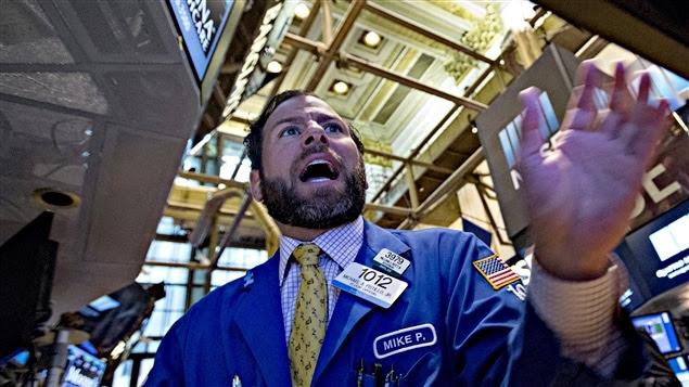 Un courtier réagit à la chute de la bourse à New York, le 24 août