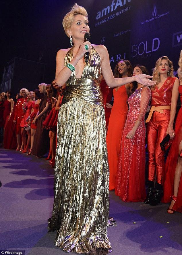 Golden girl: Sharon Stone usava um vestido de ouro mergulhando quando ela apresentou os modos impressionantes