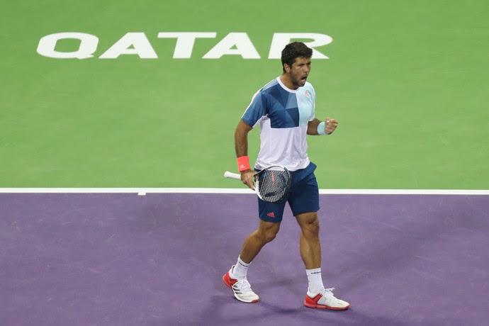 Fernando Verdasco na partida contra Novak Djokovic no ATP de Doha tênis (Foto: KARIM JAAFAR / AFP)