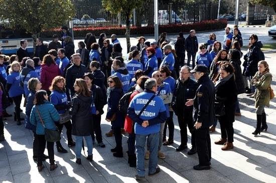Compañeros del comité de huelga de los funcionarios de la Administración de Justicia de Galicia se concentraron en San Caetano para mostrarles su apoyo en la nueva reunión con los representantes del Gobierno gallego.