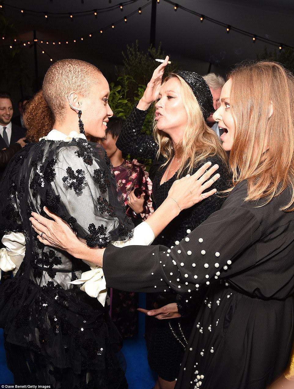 Dicas do topo: o atordoante e voltado a olhar parecia sensacional enquanto conversava com Kate e Stella McCartney - indubitavelmente nabbing dicas do topo