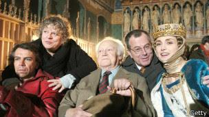 """Druon (centro) y el elenco de """"Los reyes malditos""""."""