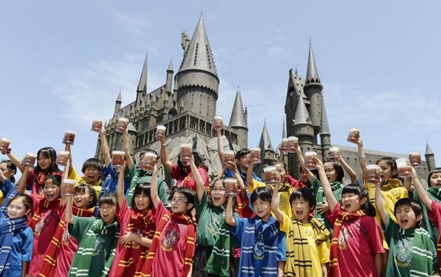 Crianças provam a Cerveja Amanteigada de Harry Potter (sem álcool). Foto: Sankei