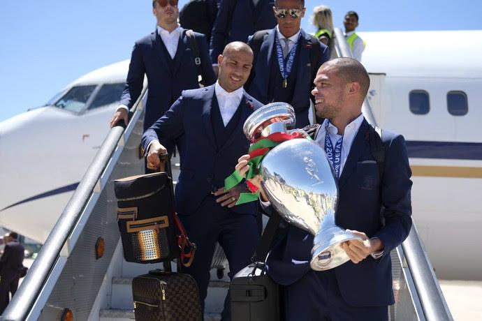 Pepe com a taça na chegada a Lisboa (Foto: Facebook)