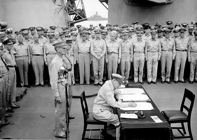 Ficheiro:Douglas MacArthur signs formal surrender.jpg