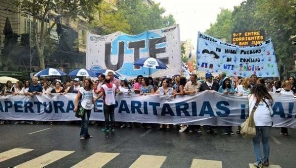 Docentes argentinos exigen en las calles que sea discutido un salario digno para su importante labor. Foto: @MPLHChavez