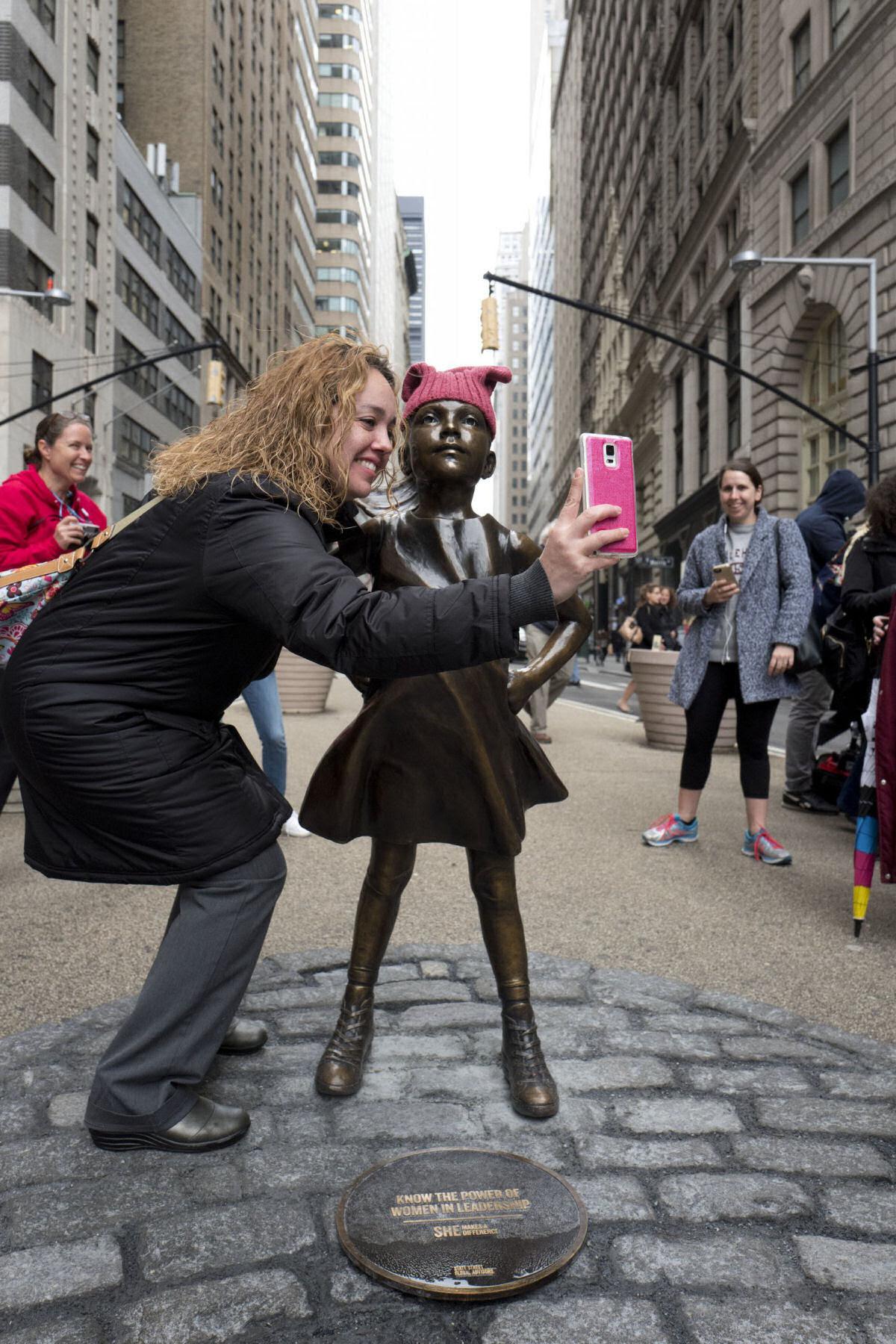 Erigem estátua de uma menina intrépida bem em frente ao touro de Wall Street 05