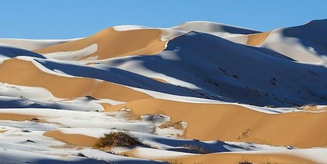 Σαν πίνακας ζωγραφικής οι χιονισμένοι αμμόλοφοι της Σαχάρας (εικόνες)
