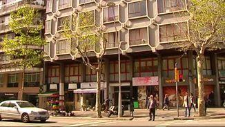 La policia s'ha emportat dues persones en el registre d'aquesta finca al carrer Urgell