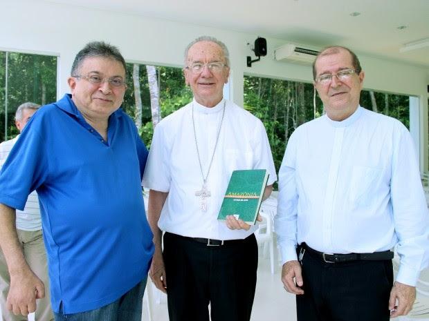 Escritor entregou presente a cardeal após celebração (Foto: Jamile Alves/G1 AM)