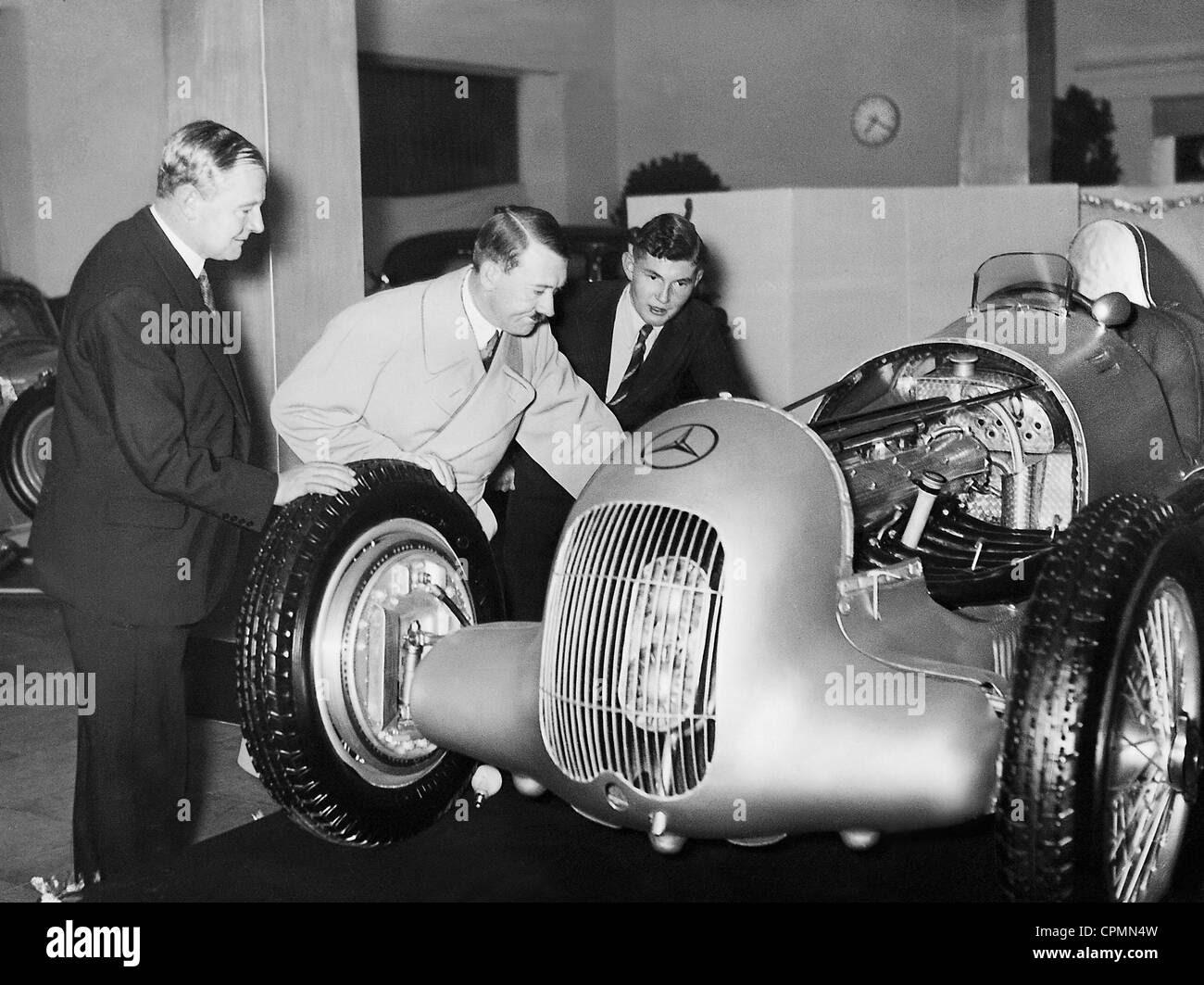 Adolf Hitler durante um passeio de carro de corrida Mercedes de Caracciola de 1935 Stock Photo