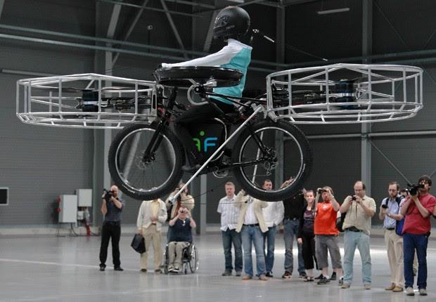 A bicicleta voadora é ecologicamente correta, já que utiliza energia elétrica para se movimentar no ar, aponta a agência de notícias Reuters. O veículo foi testado com um boneco nesta quarta-feira (12), em uma feira realizada na República Tcheca (Foto: Petr Josek/Reuters)