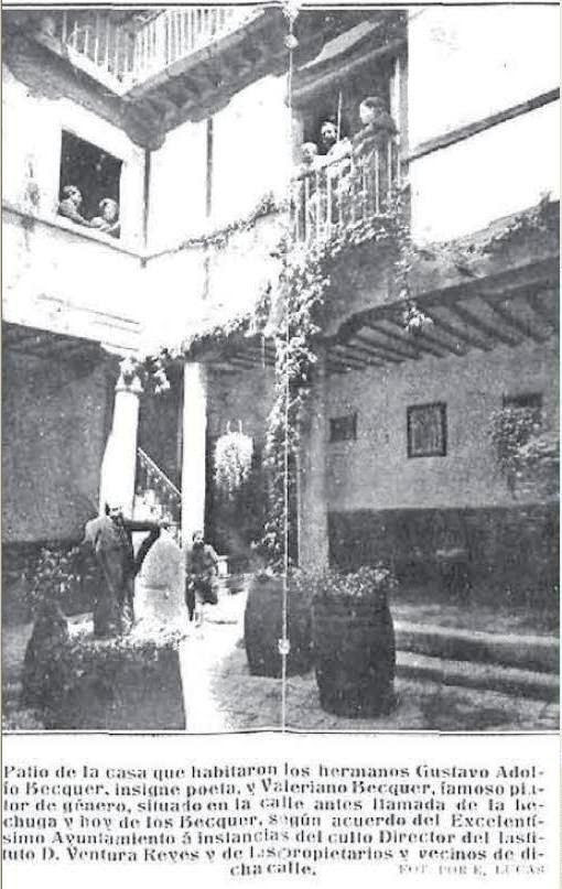 Patio de la casa supuestamente habitada por los hermanos Becquer en la Calle de la Lechuga. Fotografía tomada en 1913 por Lucas. En el centro del patio posa D. Ventura Reyes Prósper