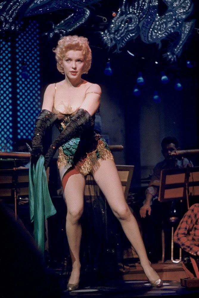 http://images6.fanpop.com/image/photos/36600000/bus-stop-1956-marilyn-monroe-tribute-36648168-668-1000.jpg