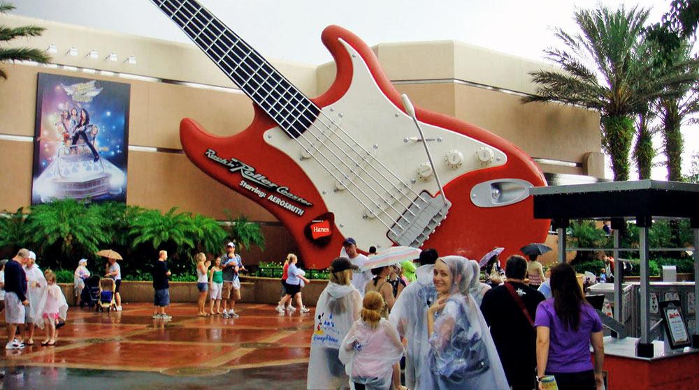 A atração Rock 'n' Roller Coaster em um dia chuvoso