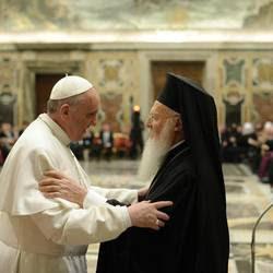 L'abbraccio tra papa Francesco e il patriarca Bartolomeo