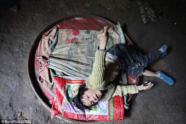 Menino de 11 anos com paralisia cerebral é obrigado a viver dentro de um metro quadrado devido à pobreza de sua família