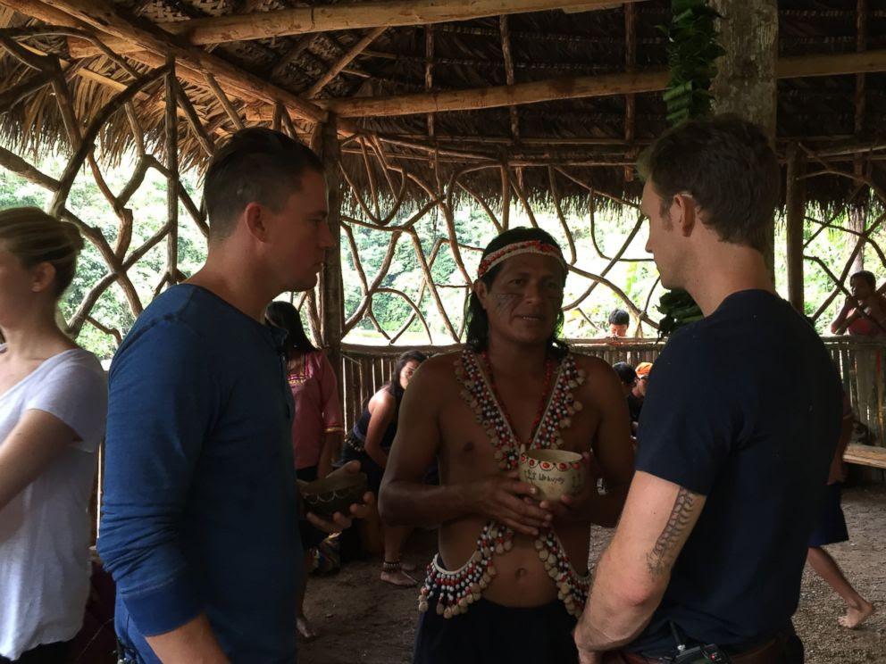 Channing Tatum (à esquerda) e Rolf co-fundador Tyler Gage (à direita) conversar com um ancião Kichwa.