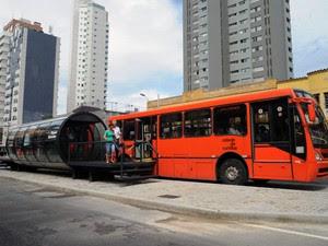 """Biarticulado ou """"metrô de superfície"""" chama a atenção de quem vai a passeio a Curitiba (Foto: Everson Bressan/SMCS/Prefeitura de Curitiba/Divulgação)"""