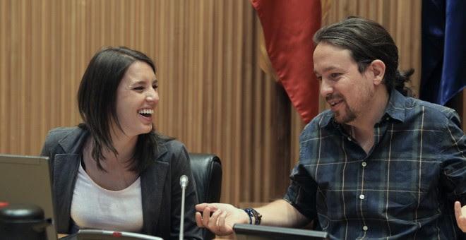 El secretario general de Podemos, Pablo Iglesias, y la portavoz de Unidos Podemos-En Comú Podem-En Marea , Irene Montero, al inicio de la primera reunión del grupo parlamentario de en este periodo de sesiones en el Congreso de los Diputados. EFE/Víctor Le