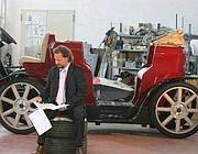 Il professor Frattale Mascioli nella rimessa di Cisterna con una delle botticelle elettriche