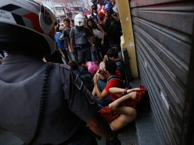Estudantes são detidos pela Polícia Militar durante protesto na rua 25 de março (Foto: Nelson Antoine/Frame Photo/Estadão Conteúdo)