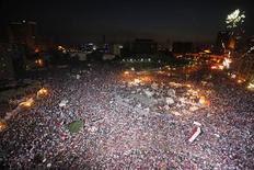 Miles de manifestantes durante las protestas en contra del presidente Mohamed Mursi en la plaza Tahrir de El Cairo, jul 1 2013. Las poderosas fuerzas armadas de Egipto dieron al presidente islamista Mohamed Mursi una suerte de ultimátum el lunes para que comparta el poder, instando a los políticos a acordar una hoja de ruta inclusiva para el futuro del país en 48 horas. REUTERS/Mohamed Abd El Ghany