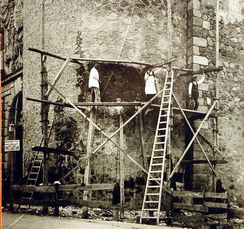 Reparación de la Puerta de Bisagra de Toledo a inicios del siglo XX. Foto Rodríguez
