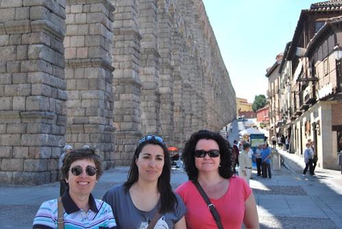 M Carmen, Alicia y Juani y en el acueducto de Segovia