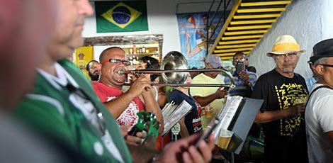 Músicos iniciaram o ensaio às 13h, na sede do bloco / Foto: Alexandre Gondim/ JC Imagem