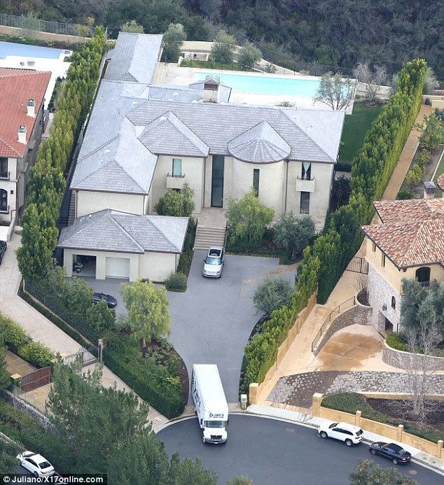 Na estrada novamente: O caminhão faz o seu caminho através do bairro rico, famoso pelo projeto de ruptura de Will Smith, o programa de TV O Príncipe Fresco de Bel Air