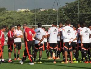 Ney Franco com o grupo reunido Flamengo (Foto: Hector Werlang)