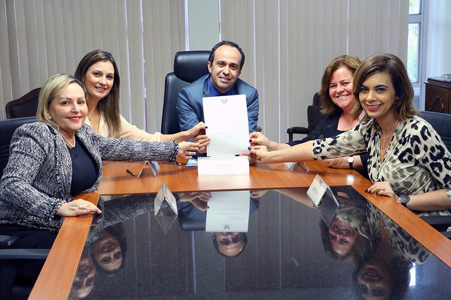 """Governador em exercício sanciona lei que institui agosto como """"Mês de Proteção à Mulher"""""""