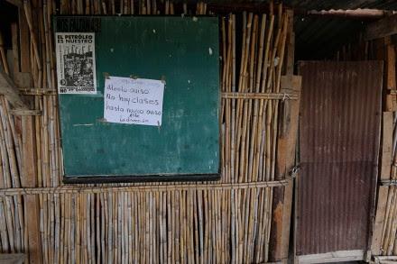 Un letrero de suspensión de clases en una escuela primaria de la región mixteca en Oaxaca. Foto: Hugo Cruz