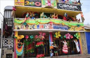 Una mujer da los últimos toques a la fachada de una casa decorada con motivos del Carnaval de Barranquilla, un día antes del inicio de los cuatro días del Carnaval. El Bicentenario de Barranquilla y la titularidad de la ciudad como Capital Americana de la Cultura, son los grandes motivos que rigen este año el Carnaval. EFE