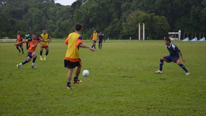 O São Francisco realizou treinamento na tarde desta quinta-feira(26), no campo do 8º BEC (Foto: Weldon Luciano - GloboEsporte.com)