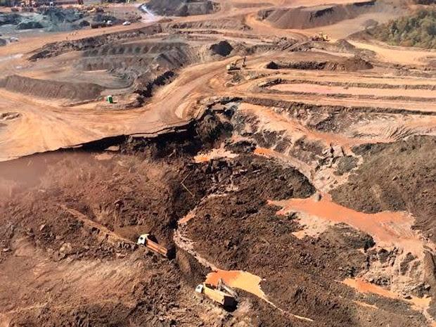 Trabalhadores e veículos foram soterrados em Itabirito, na manhã desta quarta-feira (10) (Foto: Divulgação/Corpo de Bombeiros)