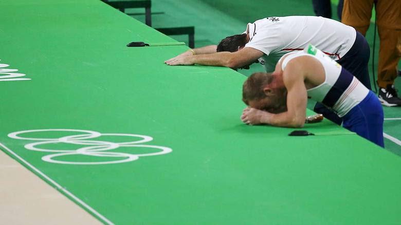 O treinador da equipe francesa também ficou assustado com a queda do atleta. As competições de ginástica artística continuam ainda neste sábado, após as 18h30
