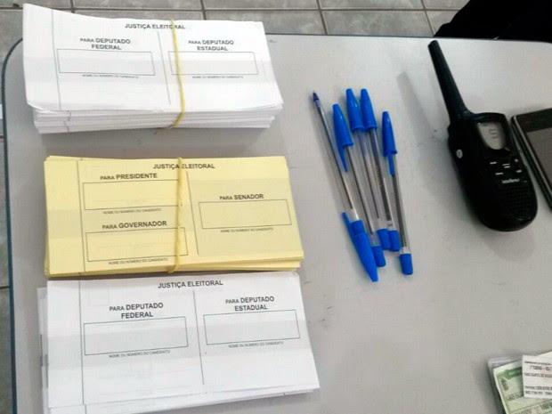 Em Santo Antônio, votação em uma das seções ocorreu com cédulas de papel  (Foto: Camila Torres/Inter TV Cabugi)