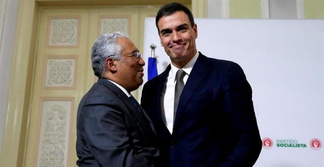 El secretario general del PSOE, Pedro Sánchez, abraza a su homólogo portugués, Antonio Costa, tras su reunión en la sede del partido socialista en Lisboa (Portugal). EFE/Tiago Petinga