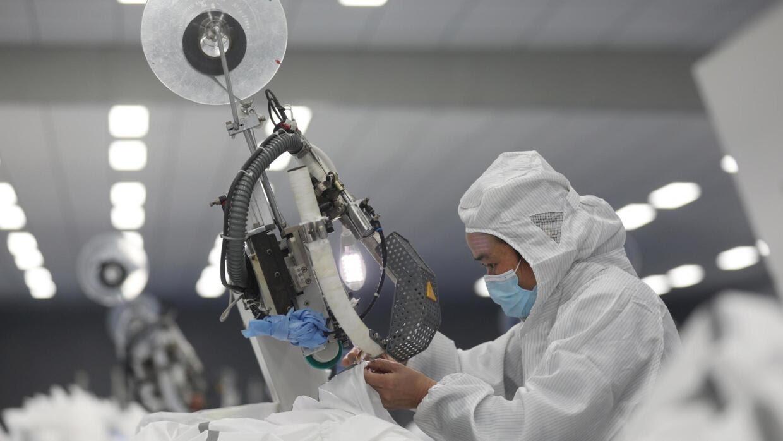 Công nhân trên dây chuyền sản xuất trang bị bảo hộ đối phó với dịch virus corona tại quận Hãn Châu (Xinzhou), Vũ Hán, ngày 12/02/2020.