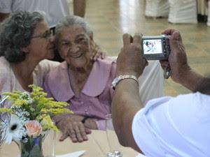 Conceição recebe o carinho da filha Terezinha durante a festa. (Foto: Márcio Rodrigues/G1)