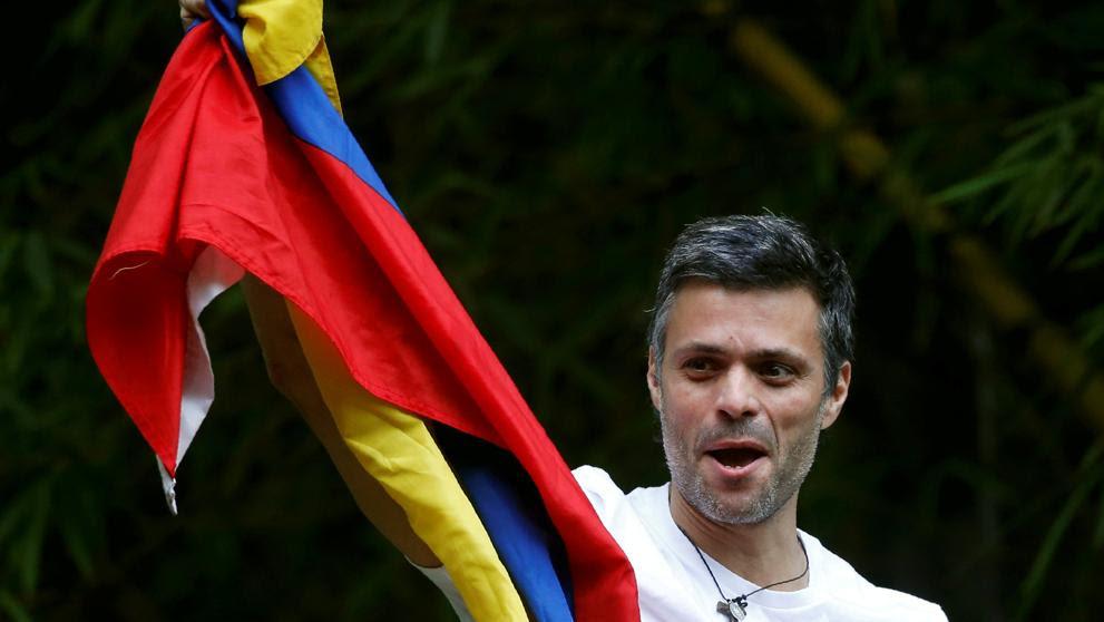 El opositor venezolano Leopoldo López vuelve a su casa bajo arresto domiciliario