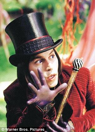 Papéis estranhos e maravilhosos: Depp jogou Willy Wonka na adaptação de Burton de 2005, Charlie ea Fábrica de Chocolate e também desempenhou o Chapeleiro Maluco em Alice no País das Maravilhas